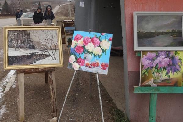 Башкирский художник Сергей Соболев устроил картинную галерею на остановке