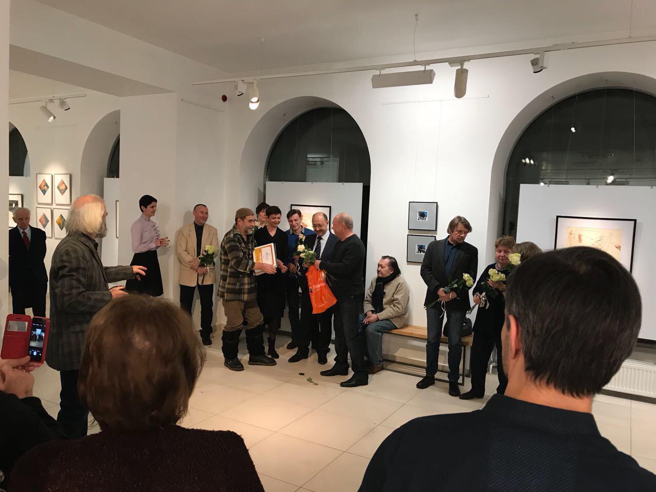 Вручение награды Азату Кужину – победителю народного рейтинга «Любимые художники Башкрии» в номинации «Актуальное искусство»