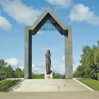 «Памятник Скорбящей матери (ул. Комарова)», Николай Калинушкин
