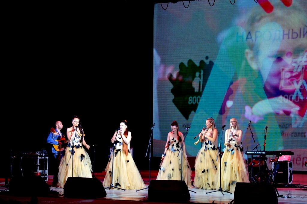 На сцене ансамбль «Узорица» – Церемония награждения победителей народного рейтинга проекта «Любимые Художники Башкирии» за 2018 год!
