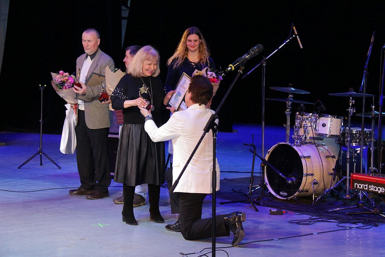 Геннадий Родинов вручает призы – Церемония награждения победителей народного рейтинга проекта «Любимые Художники Башкирии» за 2018 год!
