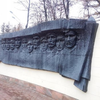 Барельеф у «Вечного огня» в парке им. Якутова, Александр Шутов