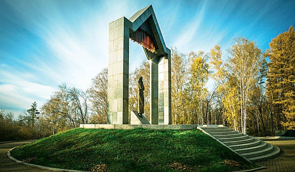 Мемориальный комплекс «Скорбящая мать», Николай Калинушкин (1948-2004), 2003