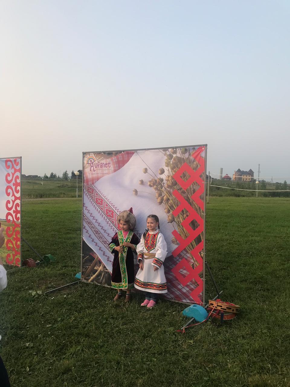 Праздничный вечер в Аскино: работы башкирских художников и яркий концерт