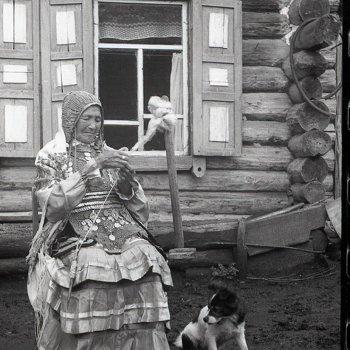 «Женщина в монистах с собакой у дома», Рамиль Кильмаматов