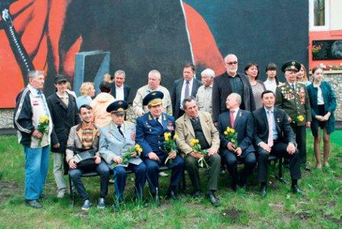 Портрет Юрия Гагарина завершен (с ветеранами и жильцами дома № 14/1 по ул. Гагарина)