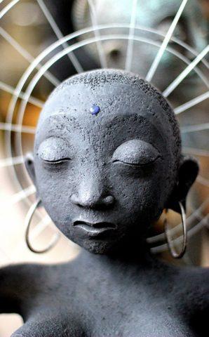 Cкульптура «Садэ-Сати» (коллекция «Архаика»), Ляля Галеева, 2012, шамот, акрил, металл