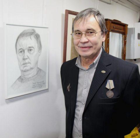 Тагир Рашитович Зайнетдинов у своего портрета