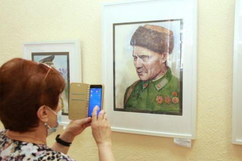 «Потомки Салавата отступать не умеют»: дебютная выставка художника-портретиста Алии Кутловой