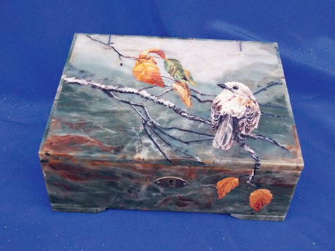 «Птичка на ветке», Надежда Бесклеткина, 2017, шкатулка с крышкой в технике флорентийской мозаики (яшма)